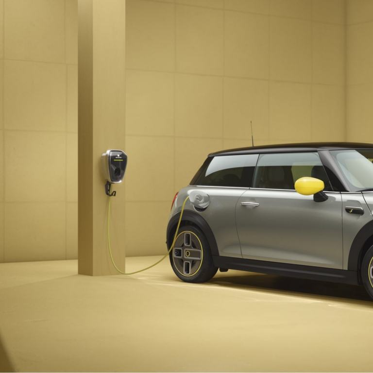MINI 3-door Cooper SE – all-electric MINI – side view, silver